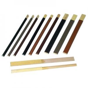 Schmirgelfeilen auf Holzleisten flach